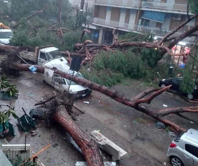 """Maltempo, furioso tornado si abbatte su Terracina: """"tanti morti, ha distrutto tutto, venite ad aiutarci"""" [FOTO e VIDEO LIVE]"""